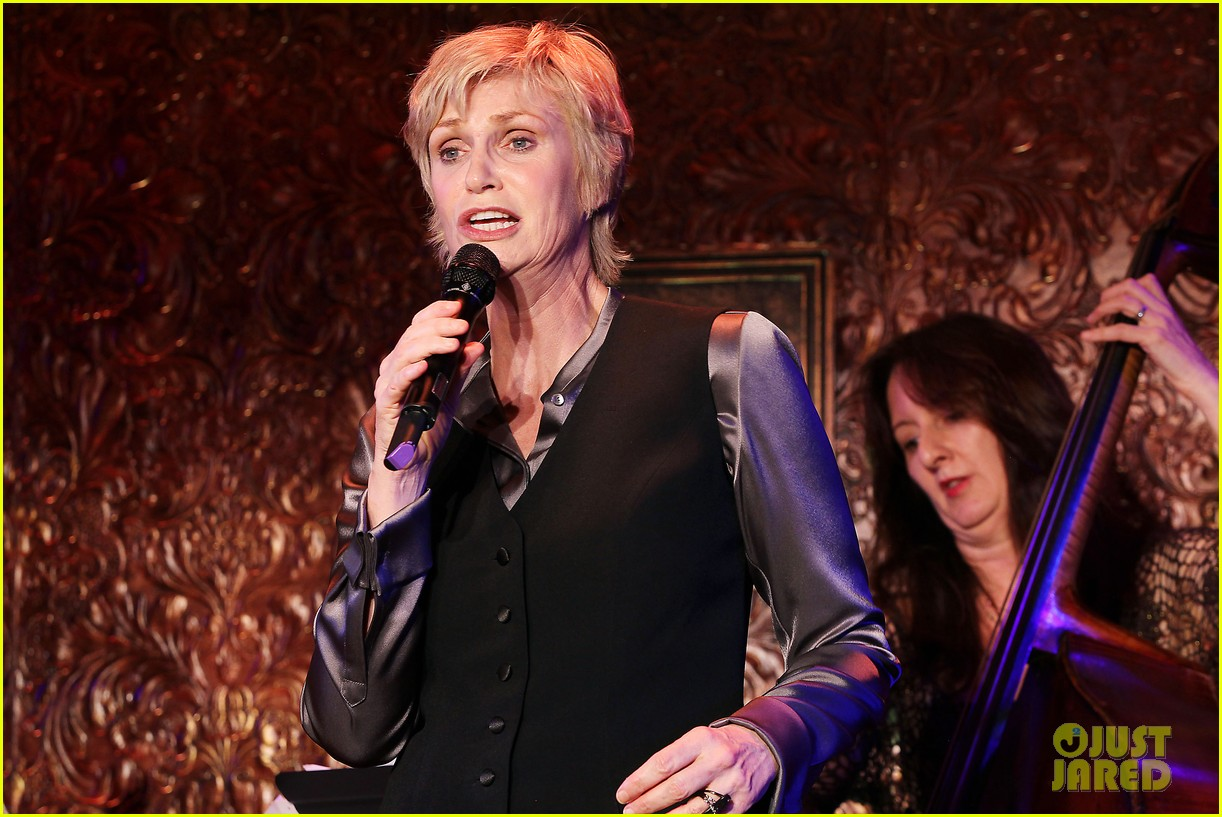 jomatthew morrison kisses jane lynch on stage for her solo concert debut 083138862