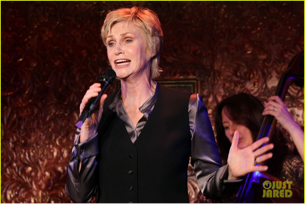 jomatthew morrison kisses jane lynch on stage for her solo concert debut 093138863