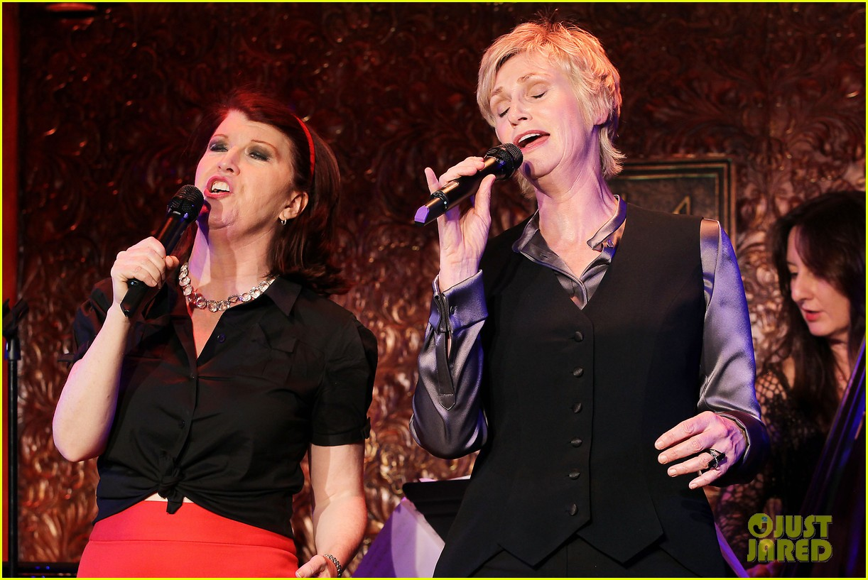 jomatthew morrison kisses jane lynch on stage for her solo concert debut 103138864