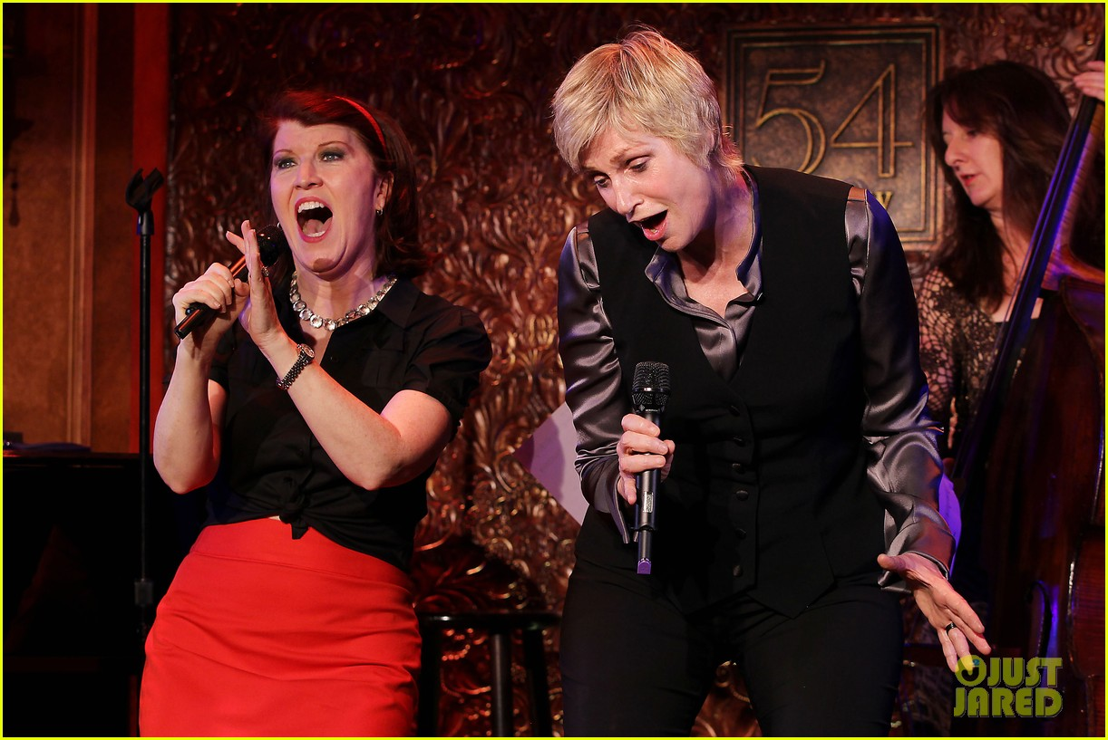 jomatthew morrison kisses jane lynch on stage for her solo concert debut 123138866