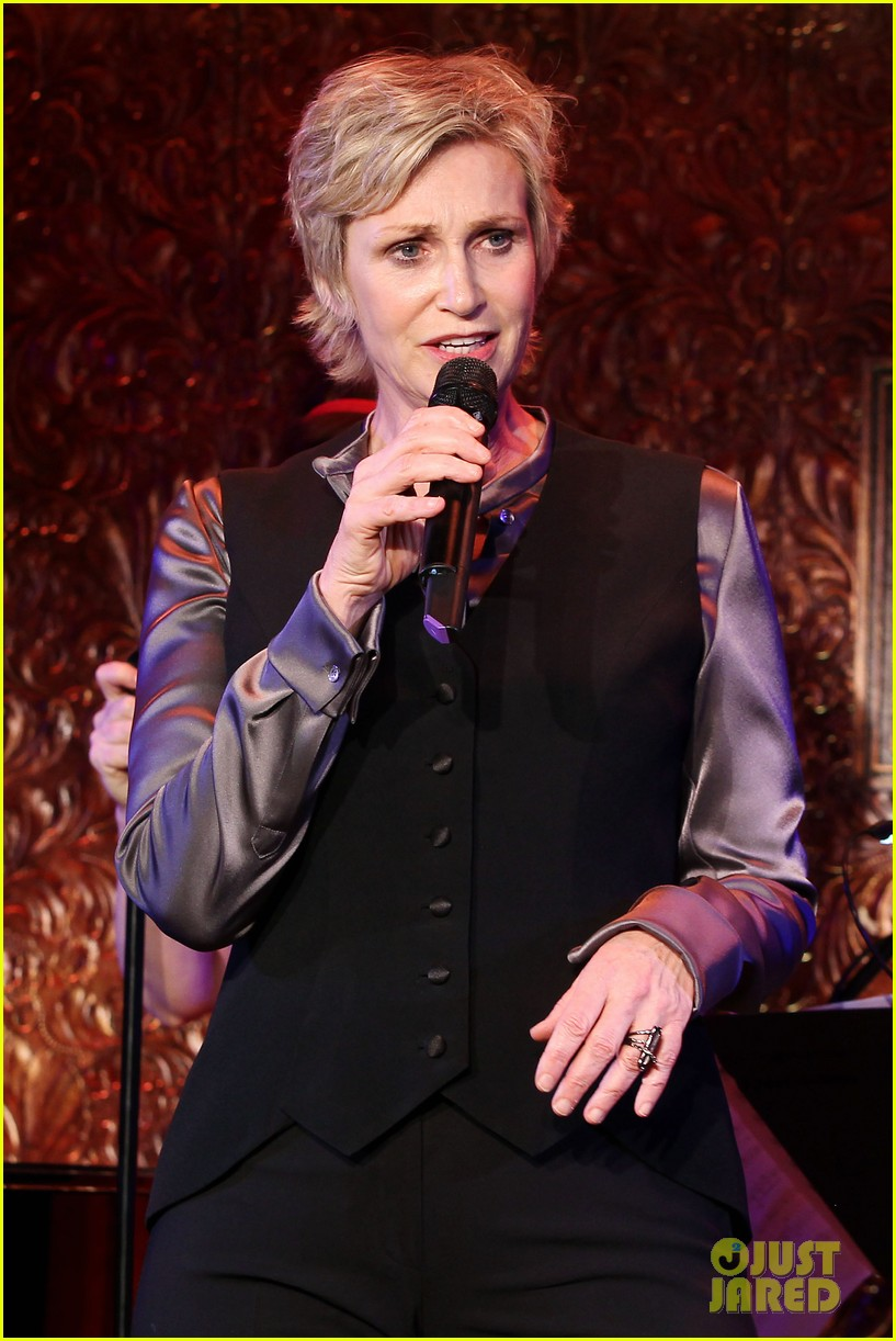 jomatthew morrison kisses jane lynch on stage for her solo concert debut 133138867