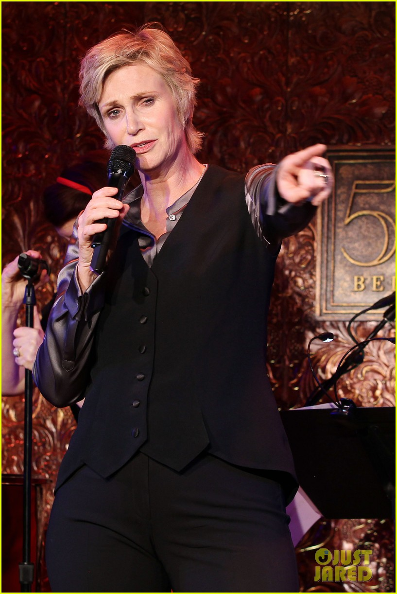 jomatthew morrison kisses jane lynch on stage for her solo concert debut 143138868