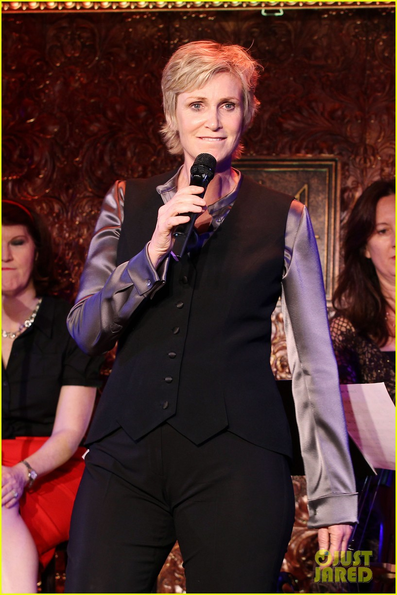 jomatthew morrison kisses jane lynch on stage for her solo concert debut 153138869