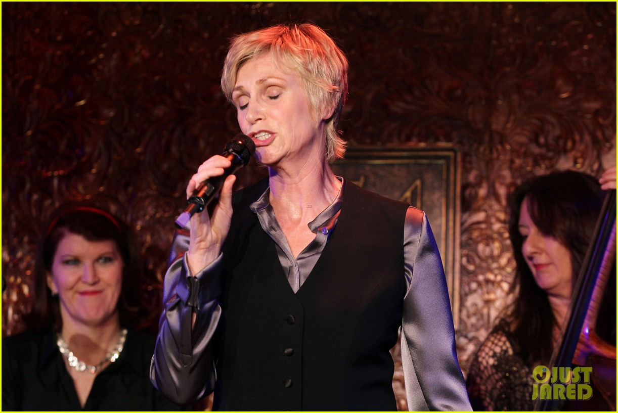jomatthew morrison kisses jane lynch on stage for her solo concert debut 163138870