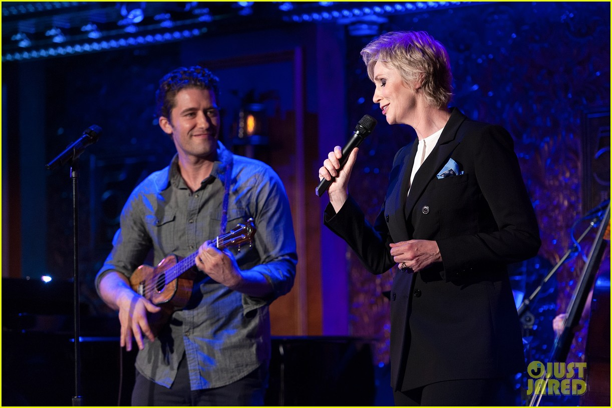 jomatthew morrison kisses jane lynch on stage for her solo concert debut 173138871