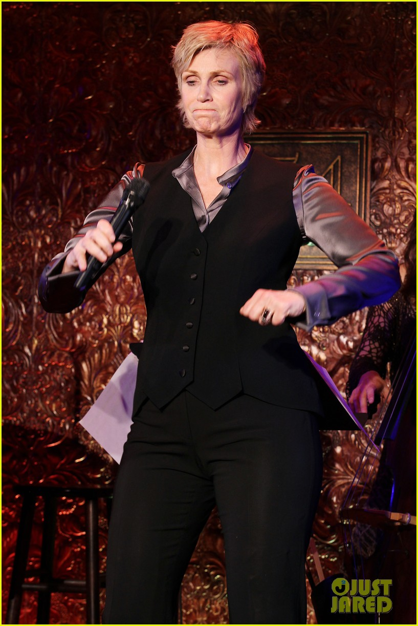 jomatthew morrison kisses jane lynch on stage for her solo concert debut 233138877
