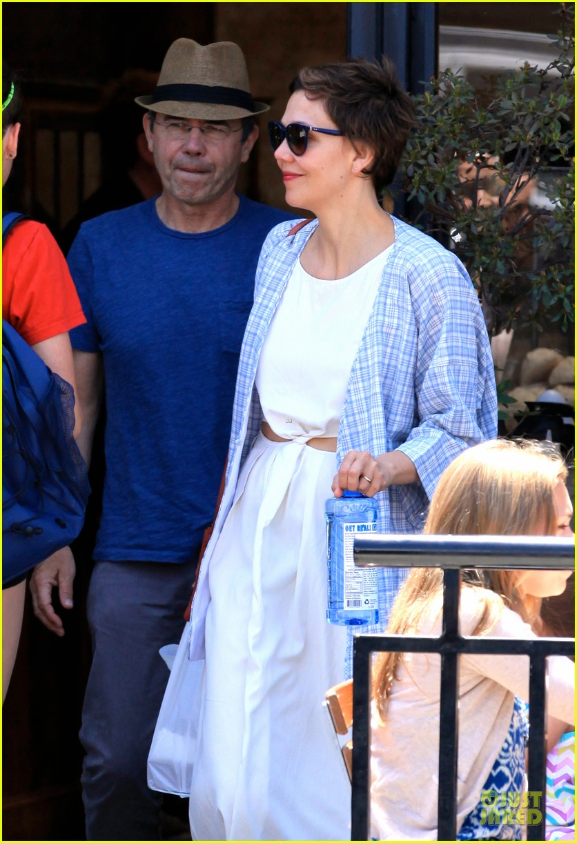 maggie gyllenhaal shows some skin at lunch 103135712