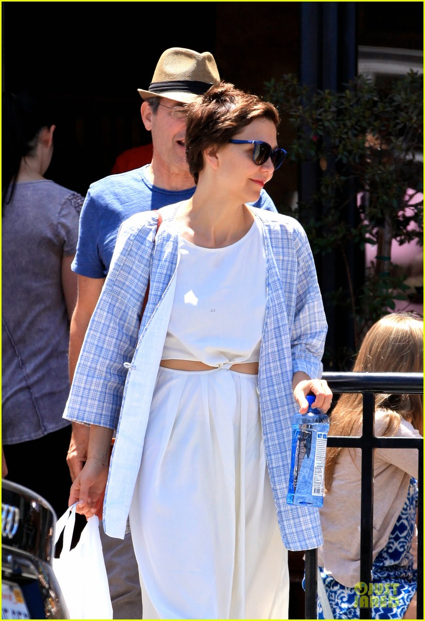 maggie gyllenhaal shows some skin at lunch 113135713