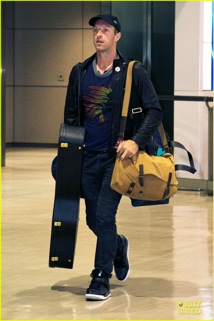 chris martin gets ready to rock japan with coldplay 013133552