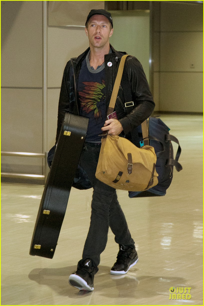 chris martin gets ready to rock japan with coldplay 093133560