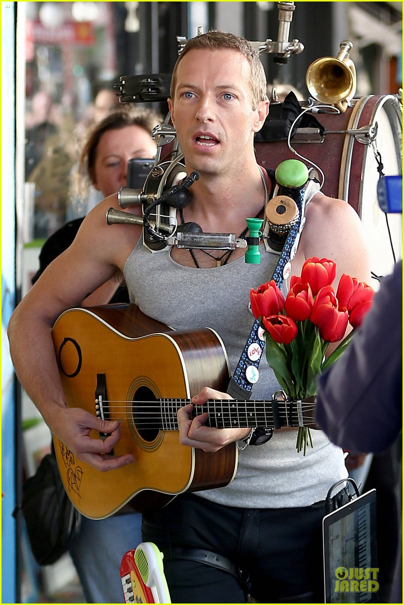 chris martin flaunts muscles on coldplay music video 023137540