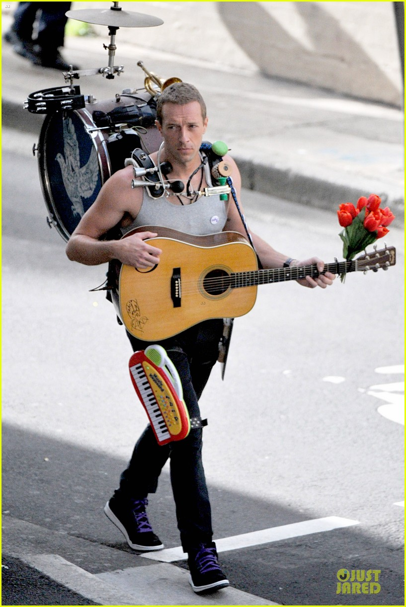 chris martin flaunts muscles on coldplay music video 063137544