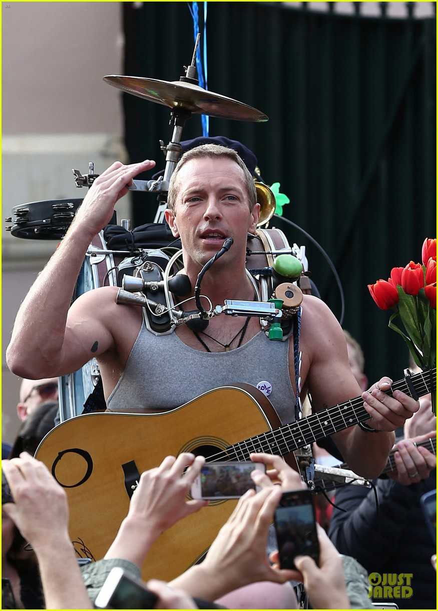 chris martin flaunts muscles on coldplay music video 093137547