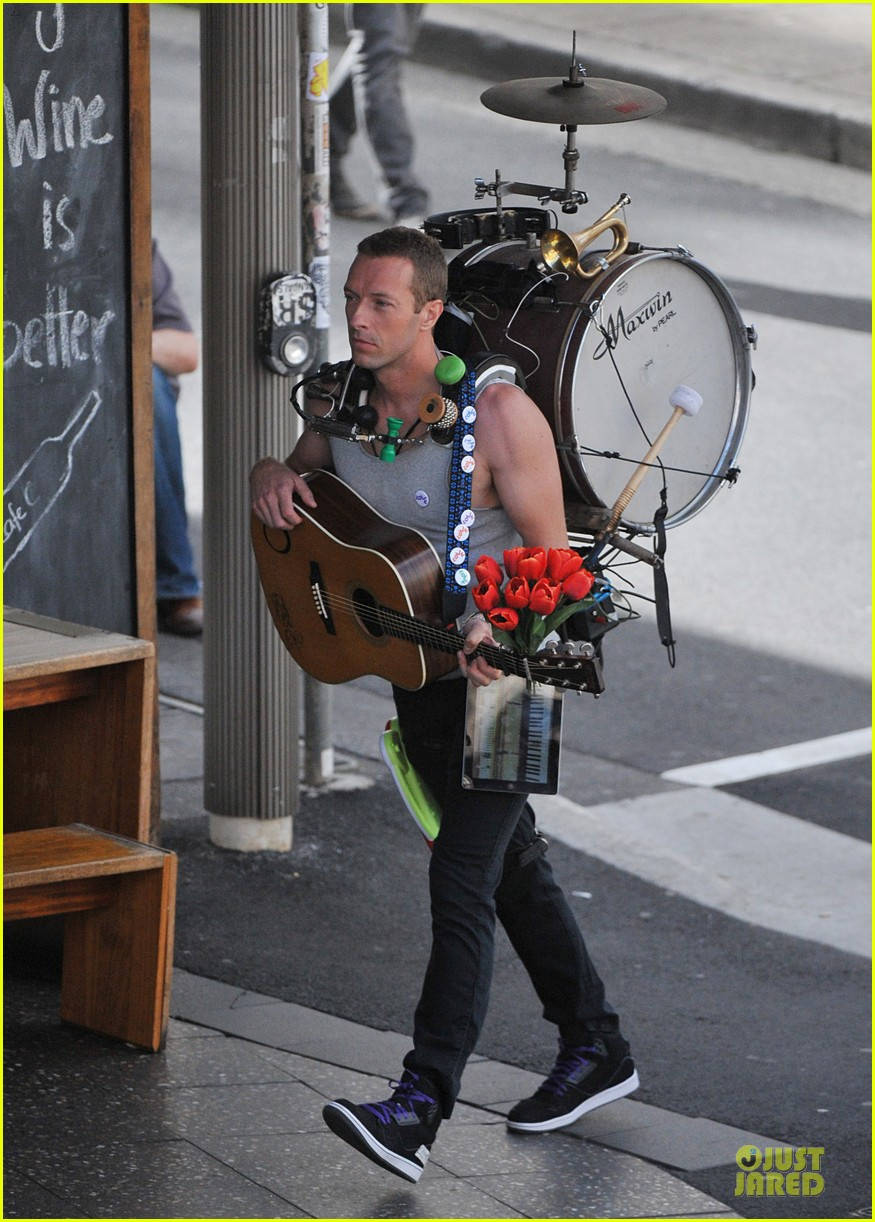 chris martin flaunts muscles on coldplay music video 103137548