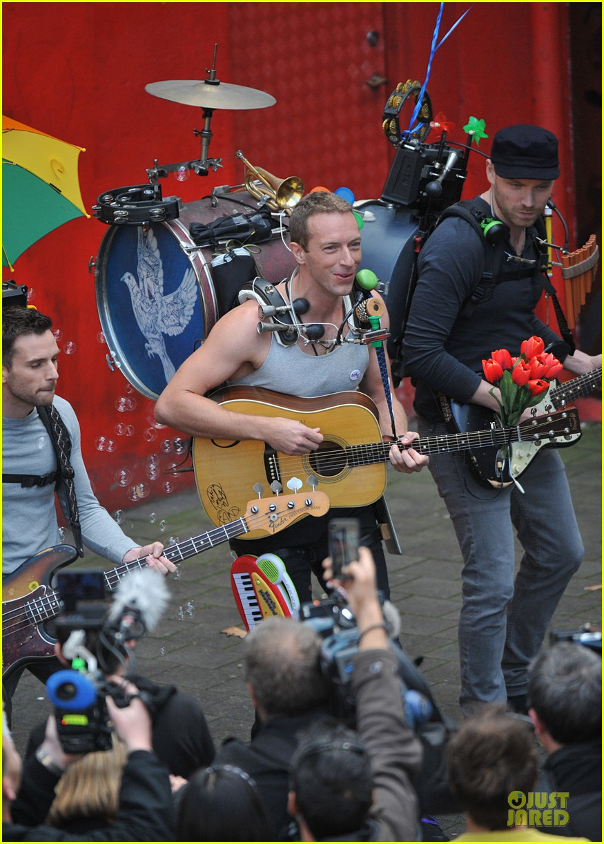 chris martin flaunts muscles on coldplay music video 123137550