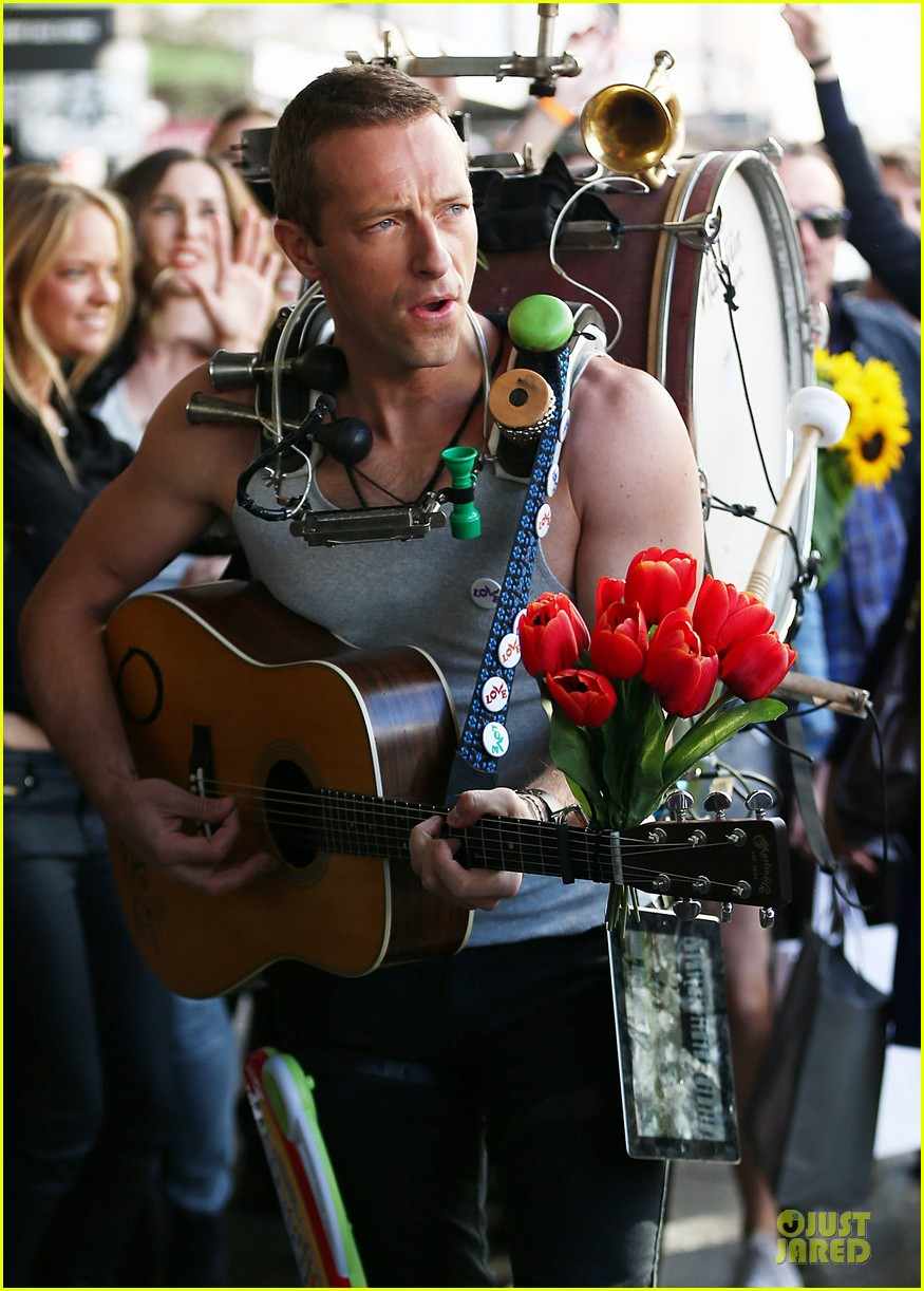 chris martin flaunts muscles on coldplay music video 173137555