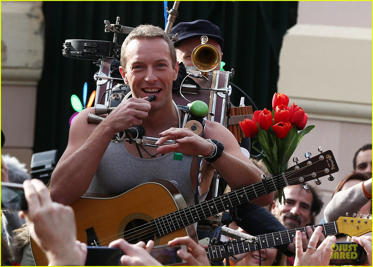 chris martin flaunts muscles on coldplay music video 243137562