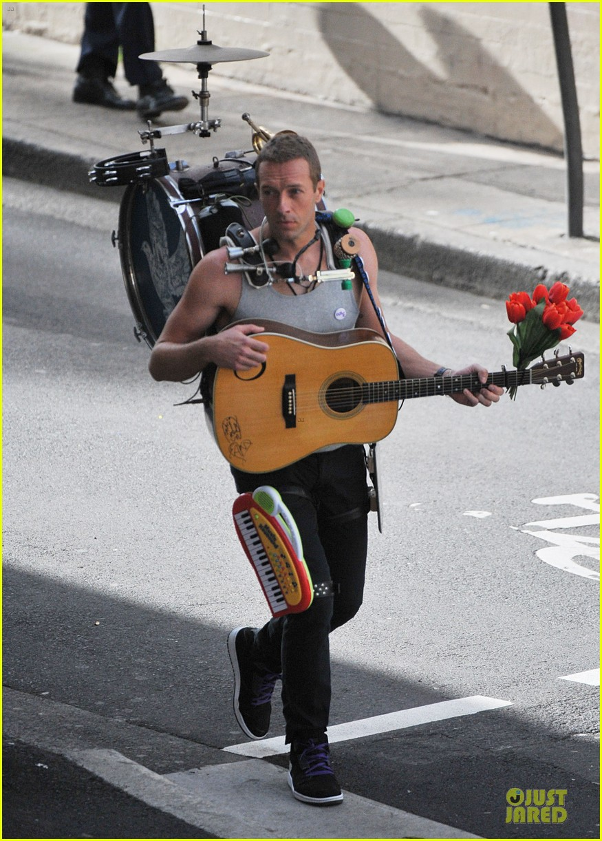 chris martin flaunts muscles on coldplay music video 273137565