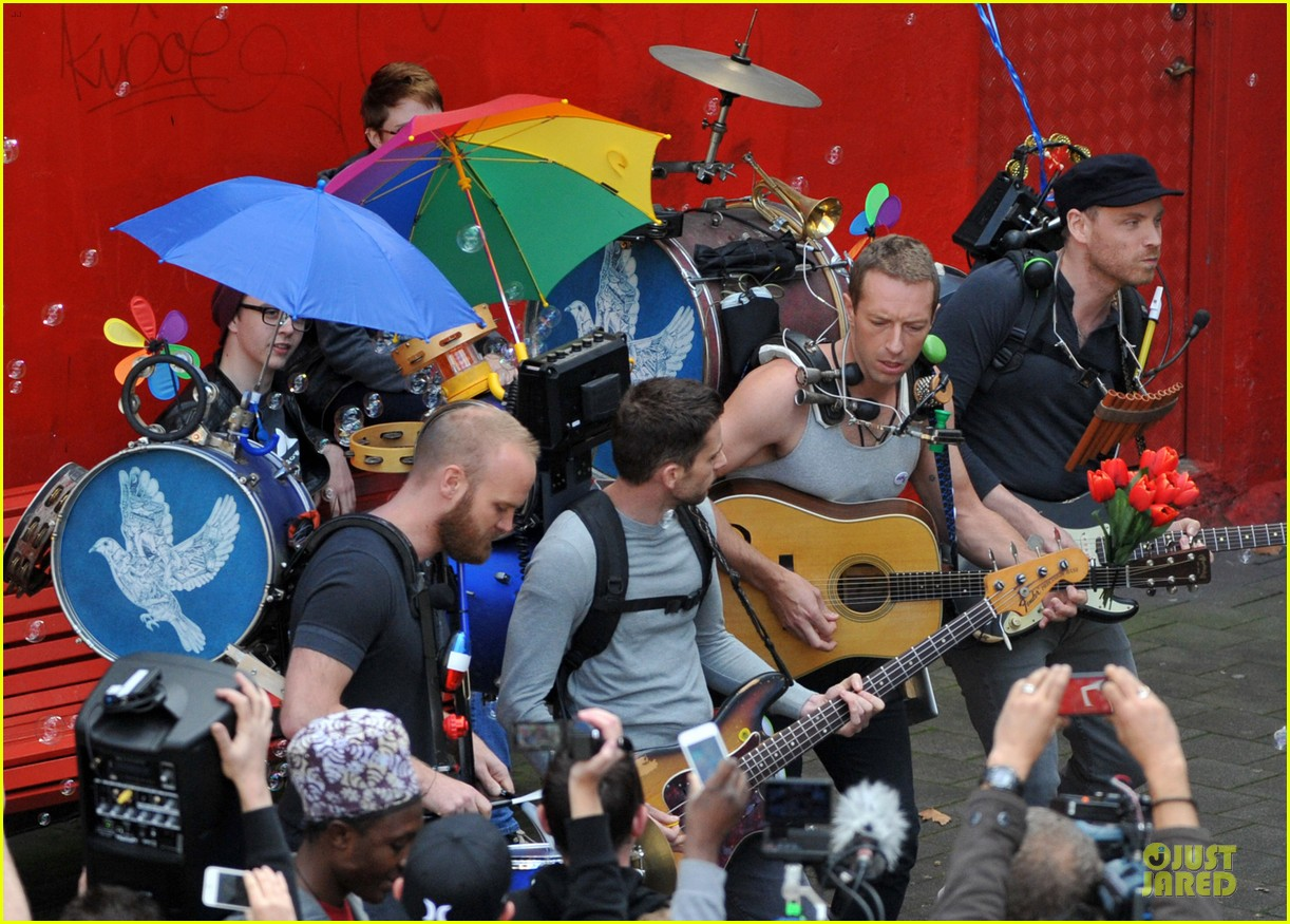 chris martin flaunts muscles on coldplay music video 283137566