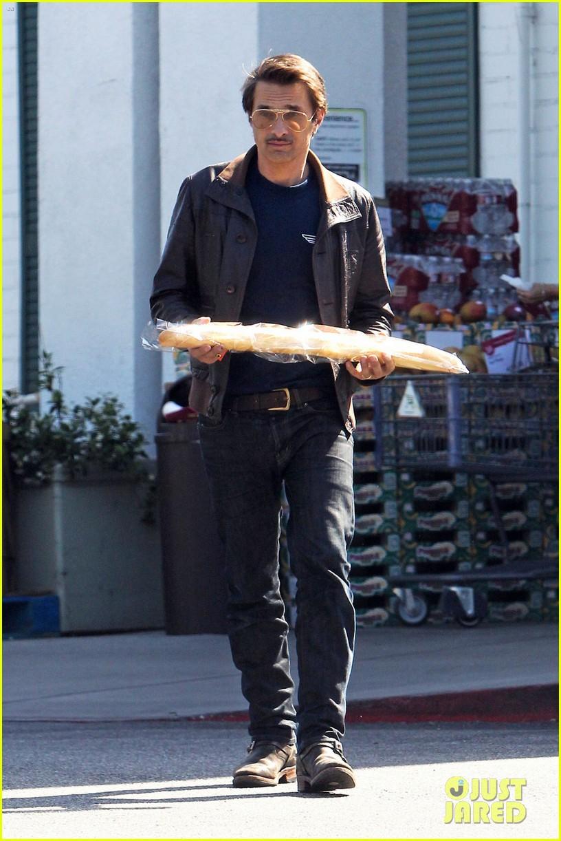 olivier martinez satisfies his baguette craving 033139953