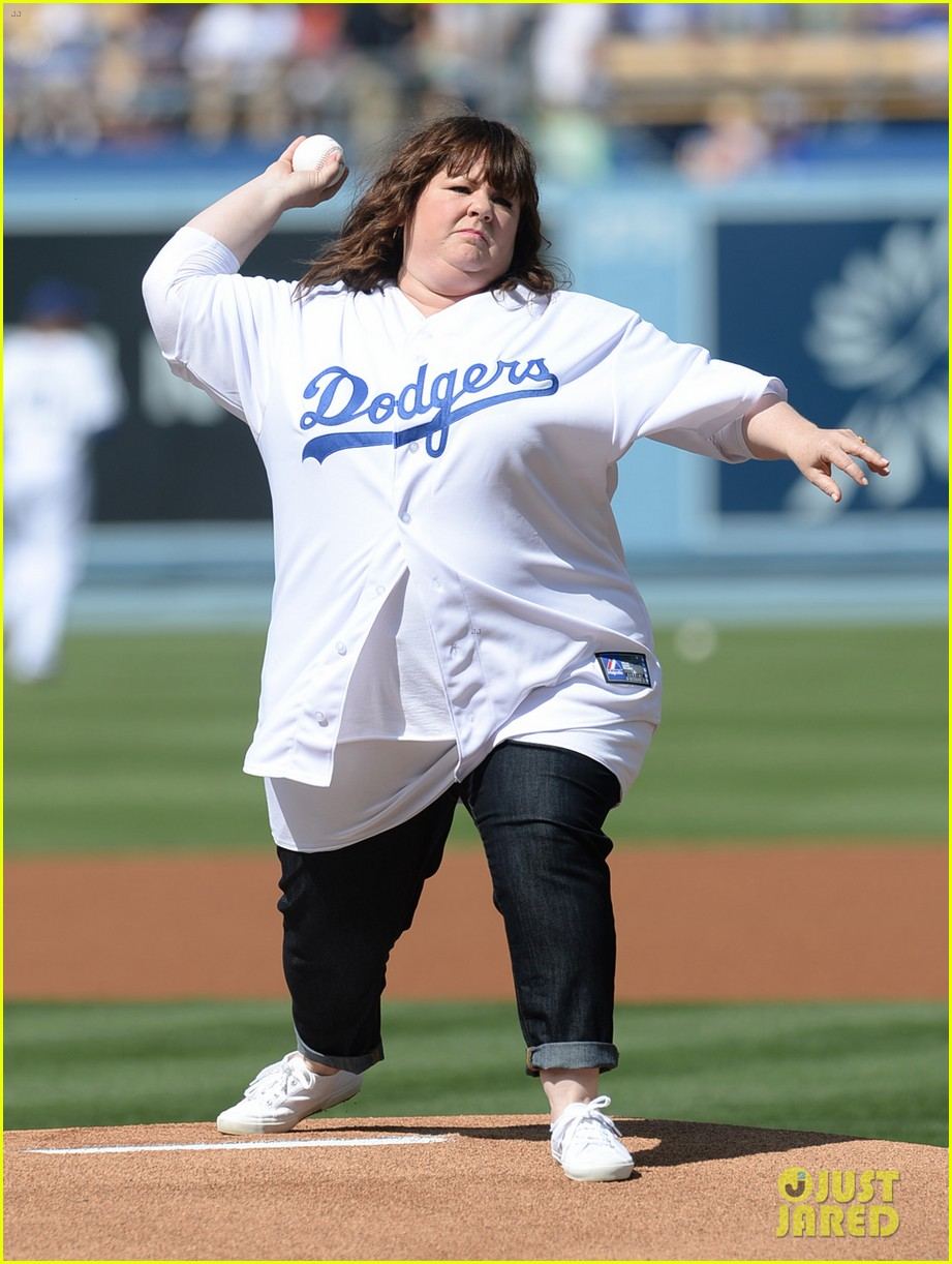 melissa mccarthy first pitch la dodgers game 043146156