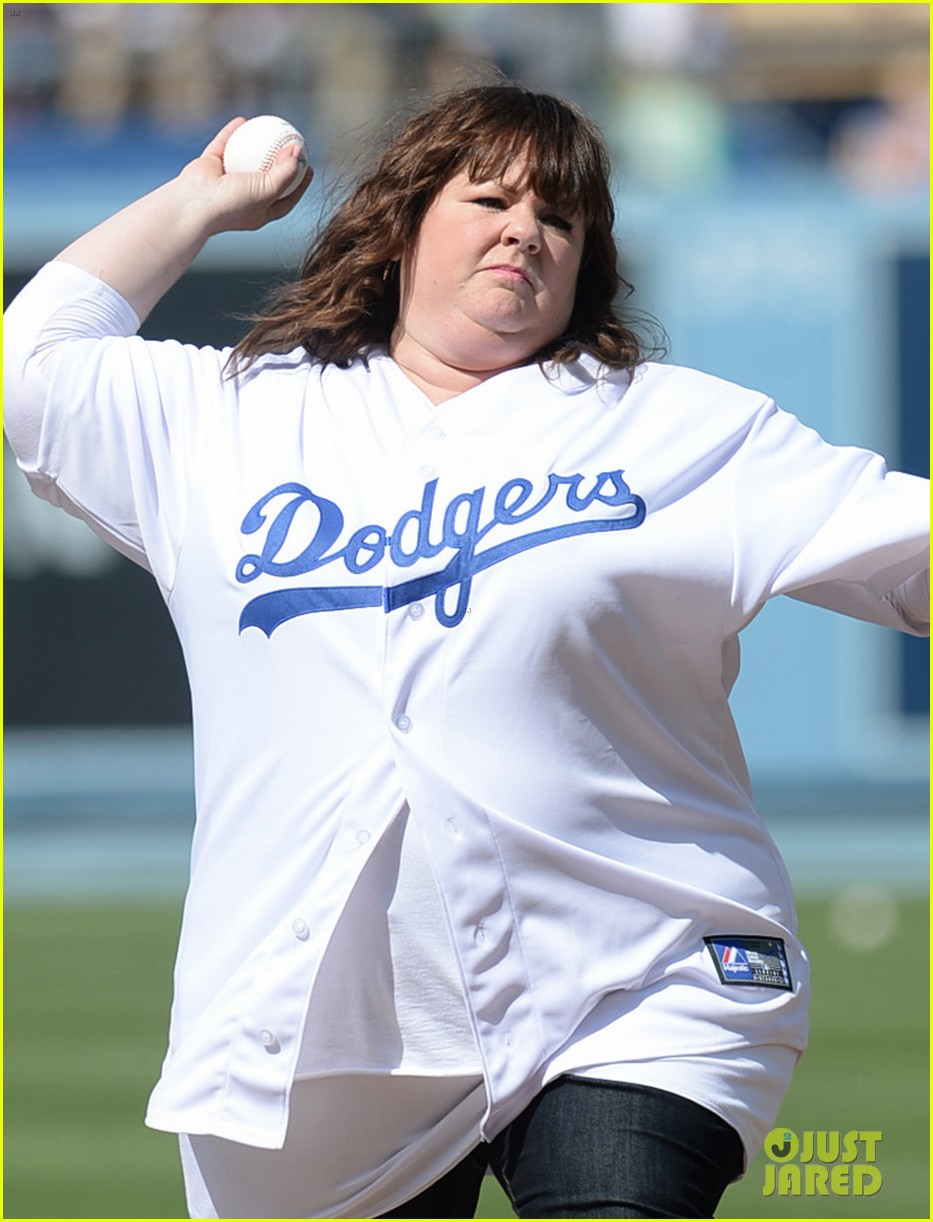 melissa mccarthy first pitch la dodgers game 053146157