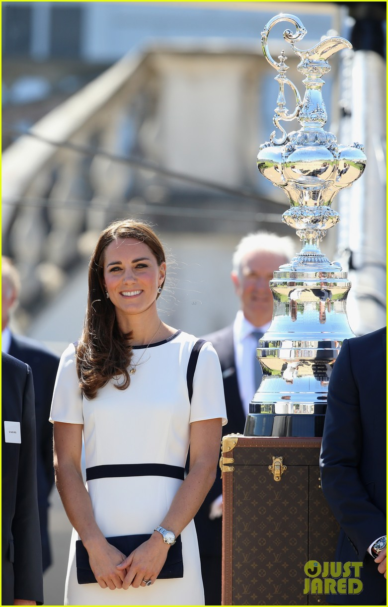 kate middleton never fails to impress see latest outfit here 013132267