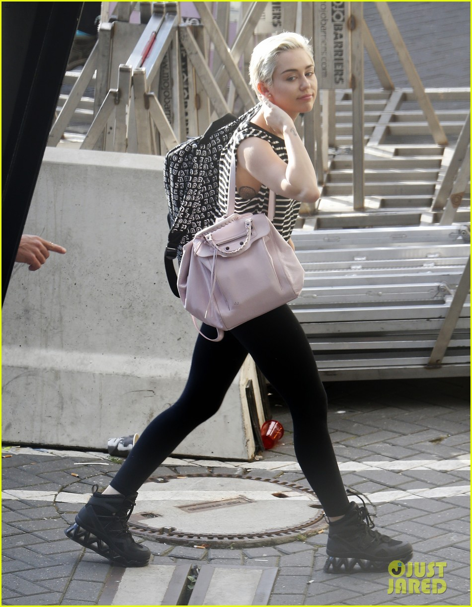 miley cyrus arrives amsterdam last bangerz tour stop 013141259