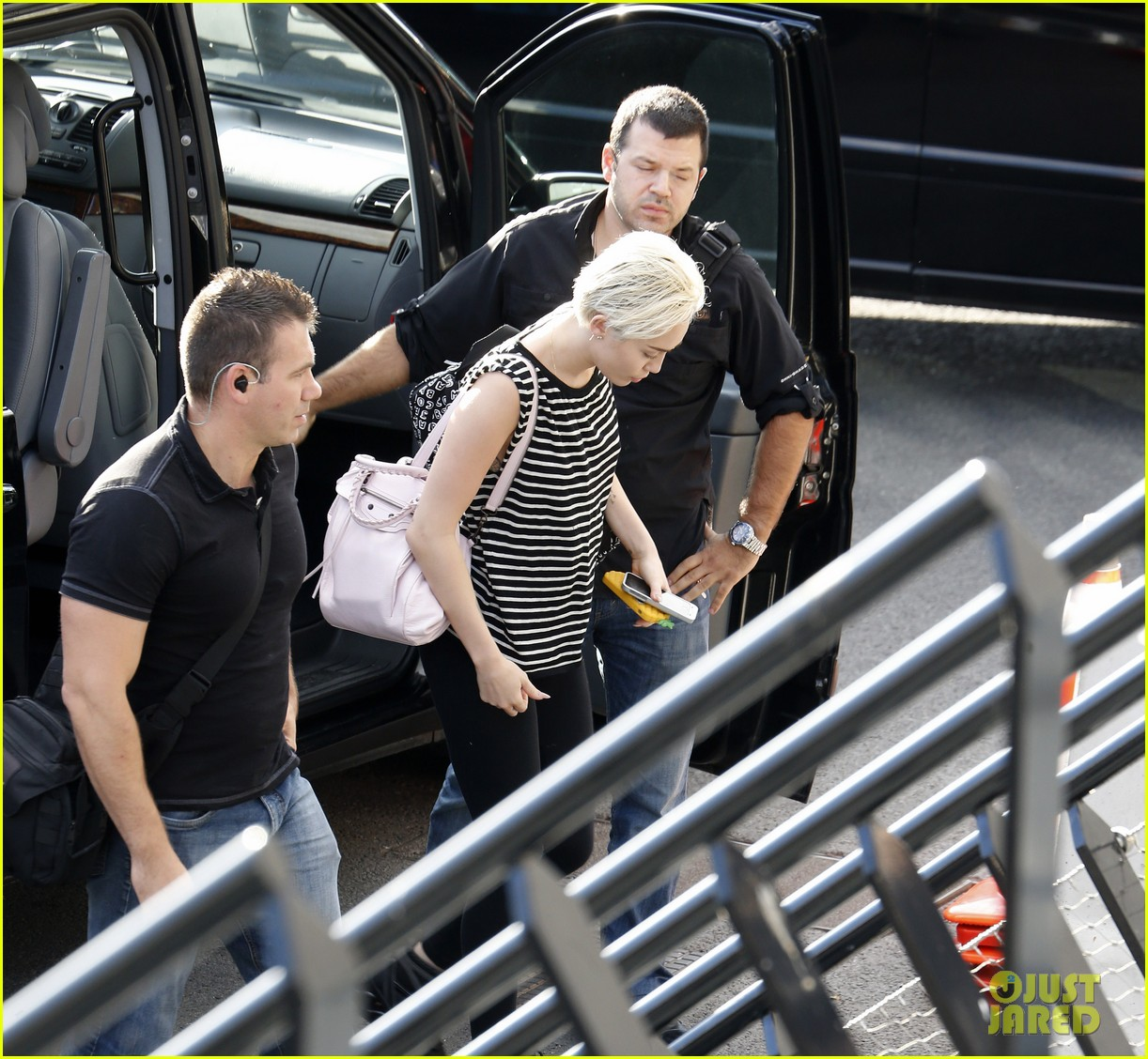 miley cyrus arrives amsterdam last bangerz tour stop 023141260