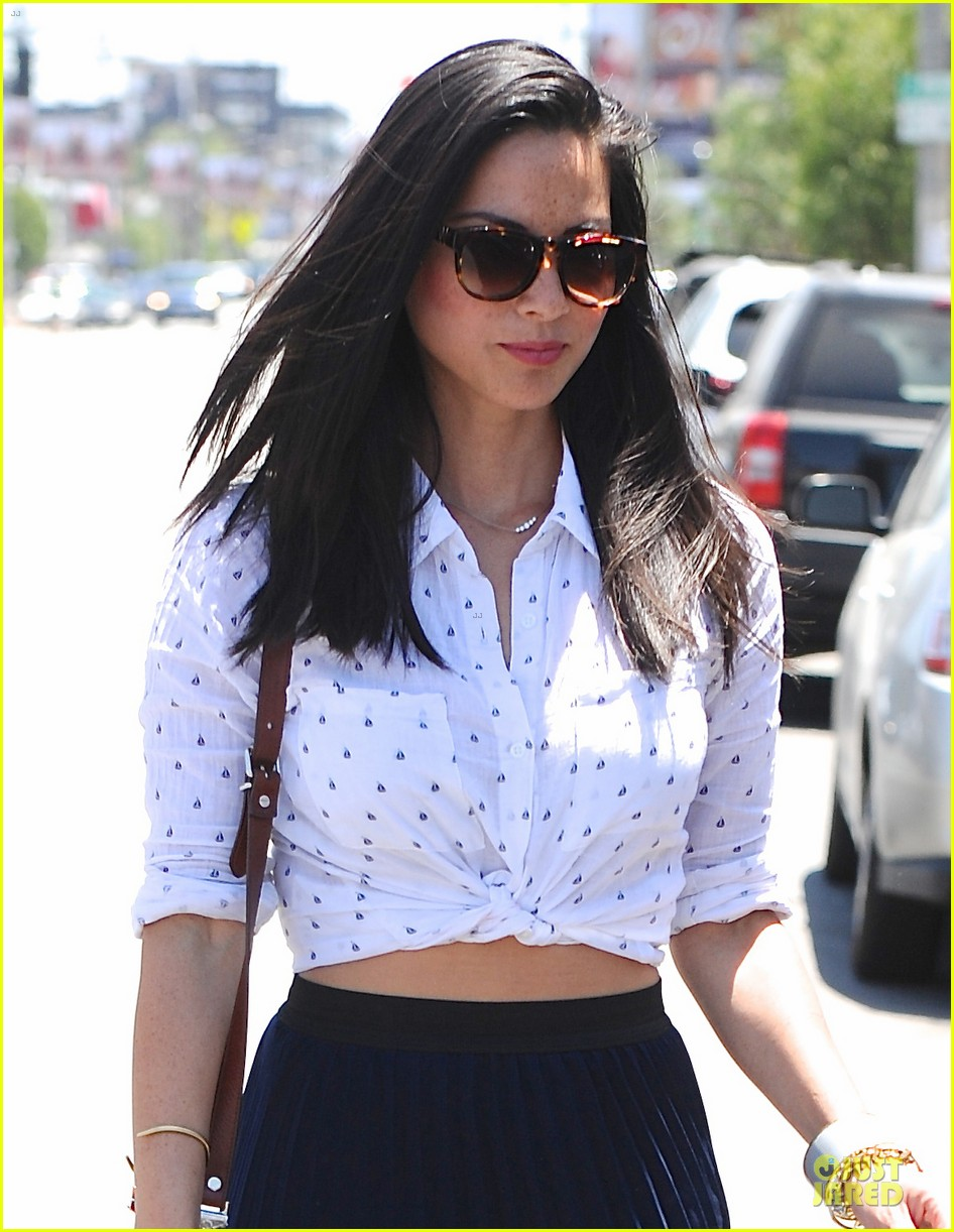 olivia munn goes classic since it fits body 023128683