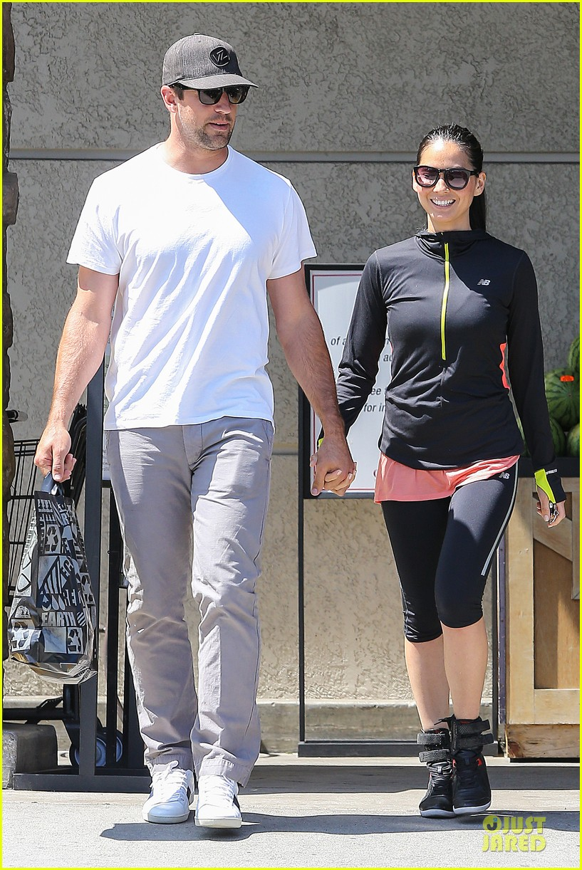 olivia munn aaron rodgers bring blossoming love to gelsons 113132123