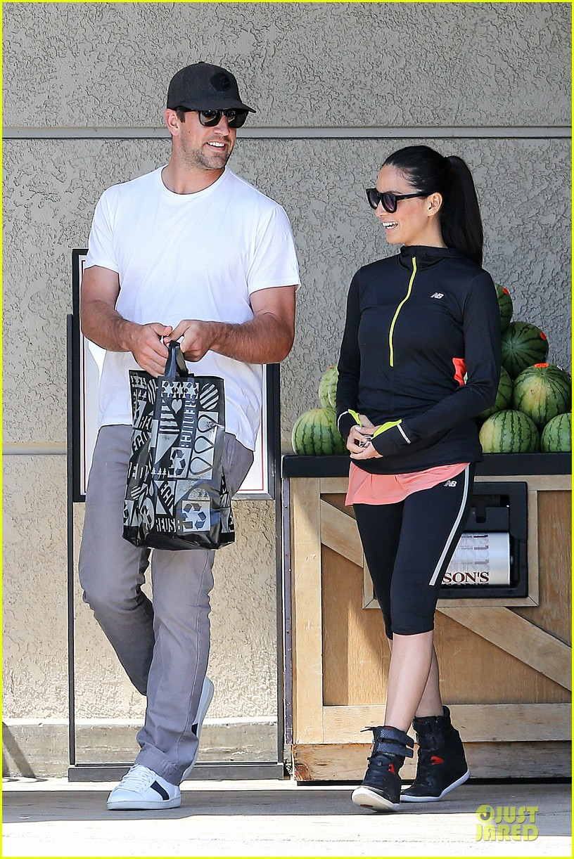 olivia munn aaron rodgers bring blossoming love to gelsons 123132124