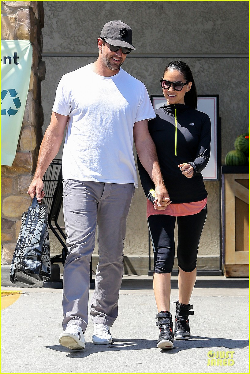 olivia munn aaron rodgers bring blossoming love to gelsons 153132127