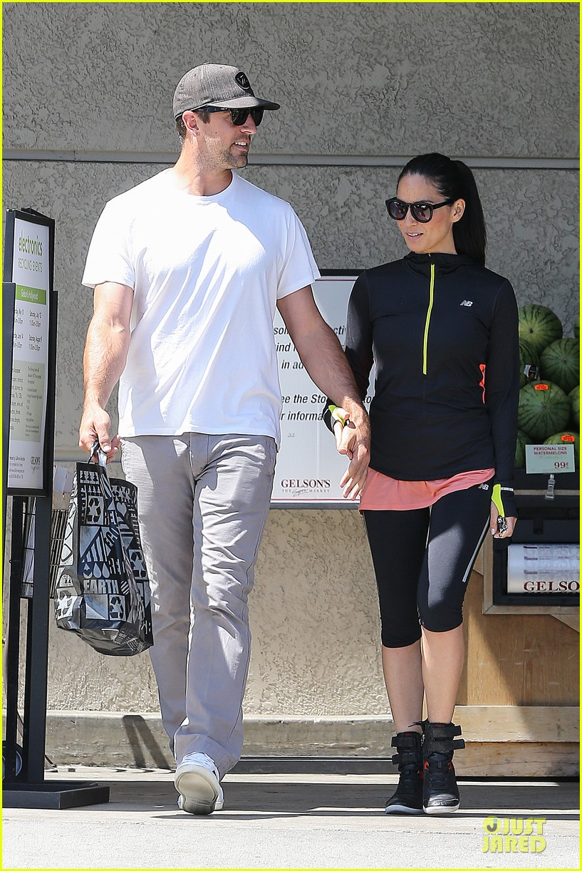 olivia munn aaron rodgers bring blossoming love to gelsons 183132130