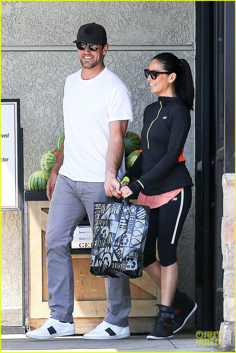 olivia munn aaron rodgers bring blossoming love to gelsons 203132132