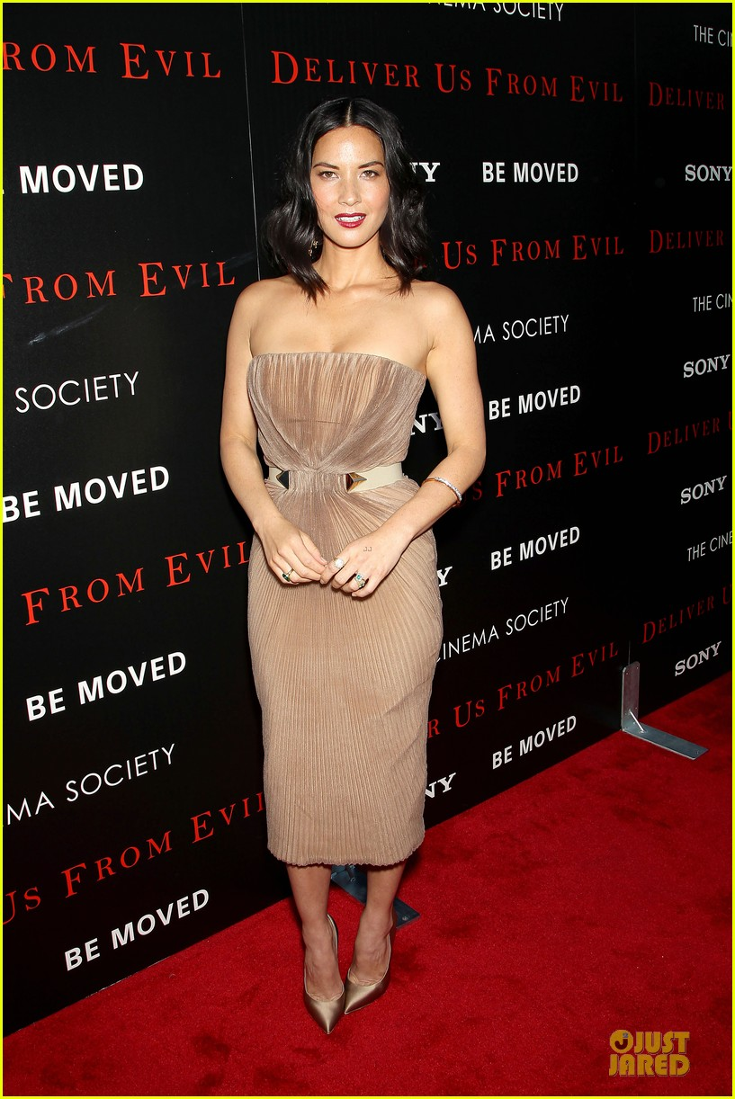 olivia munn aaron rodgers look perfect for deliver us from evil screening 083142731