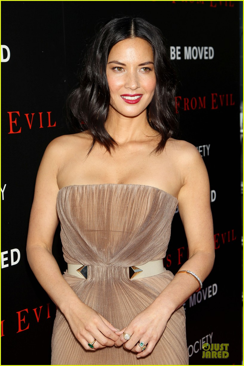 olivia munn aaron rodgers look perfect for deliver us from evil screening 093142732