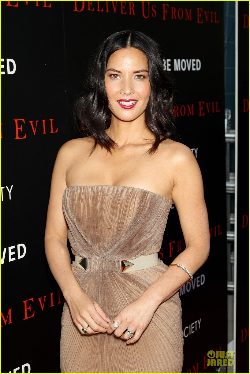 olivia munn aaron rodgers look perfect for deliver us from evil screening 103142733