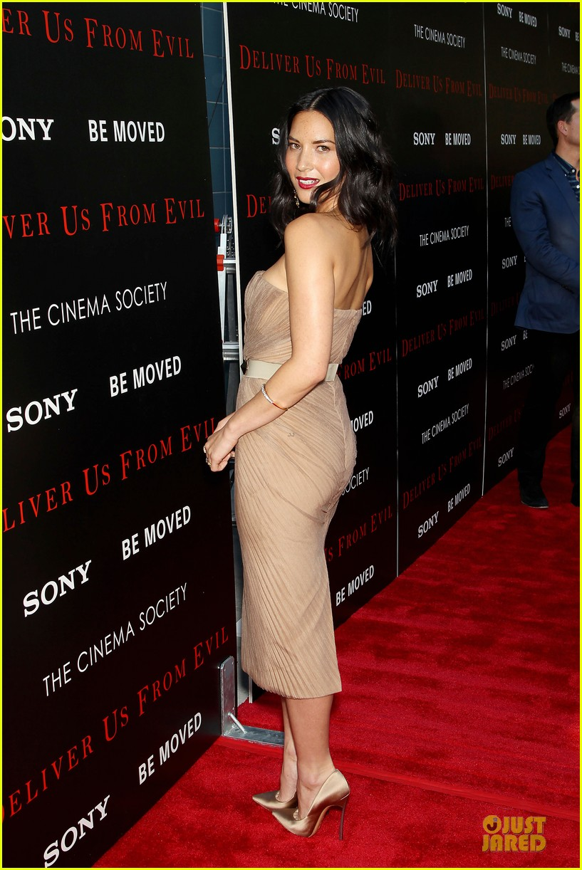 olivia munn aaron rodgers look perfect for deliver us from evil screening 113142734