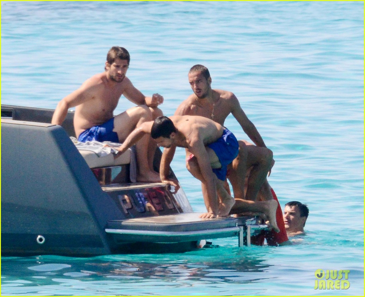 novak djokovic continues his bachelor party beach vacation 143135159