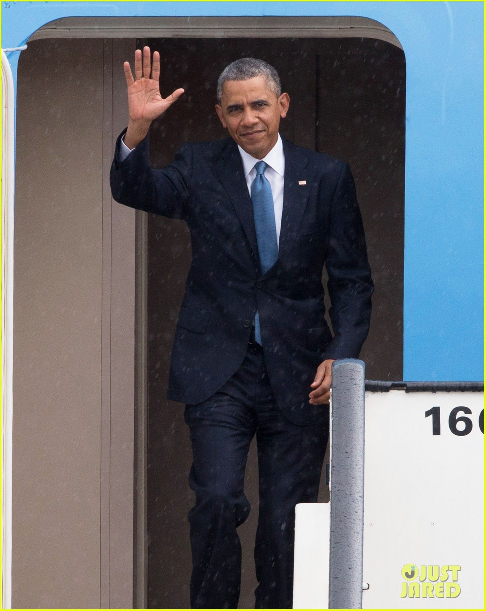 barack obama arrives in brrussels amid calls for impeachment 043128275