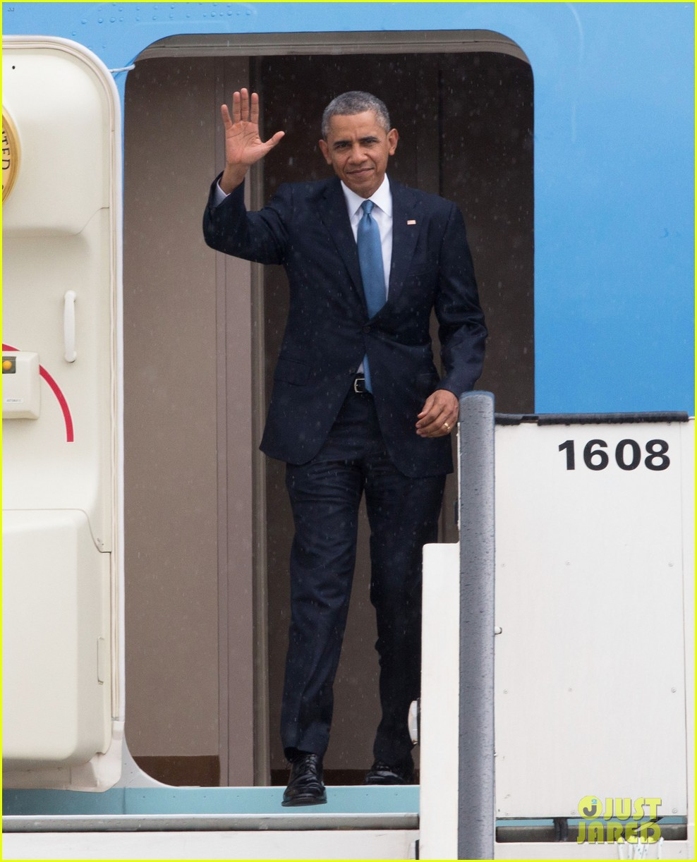 barack obama arrives in brrussels amid calls for impeachment 053128276