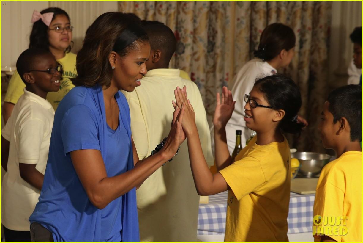 michelle obama almosts has wardrobe malfunction 073135243