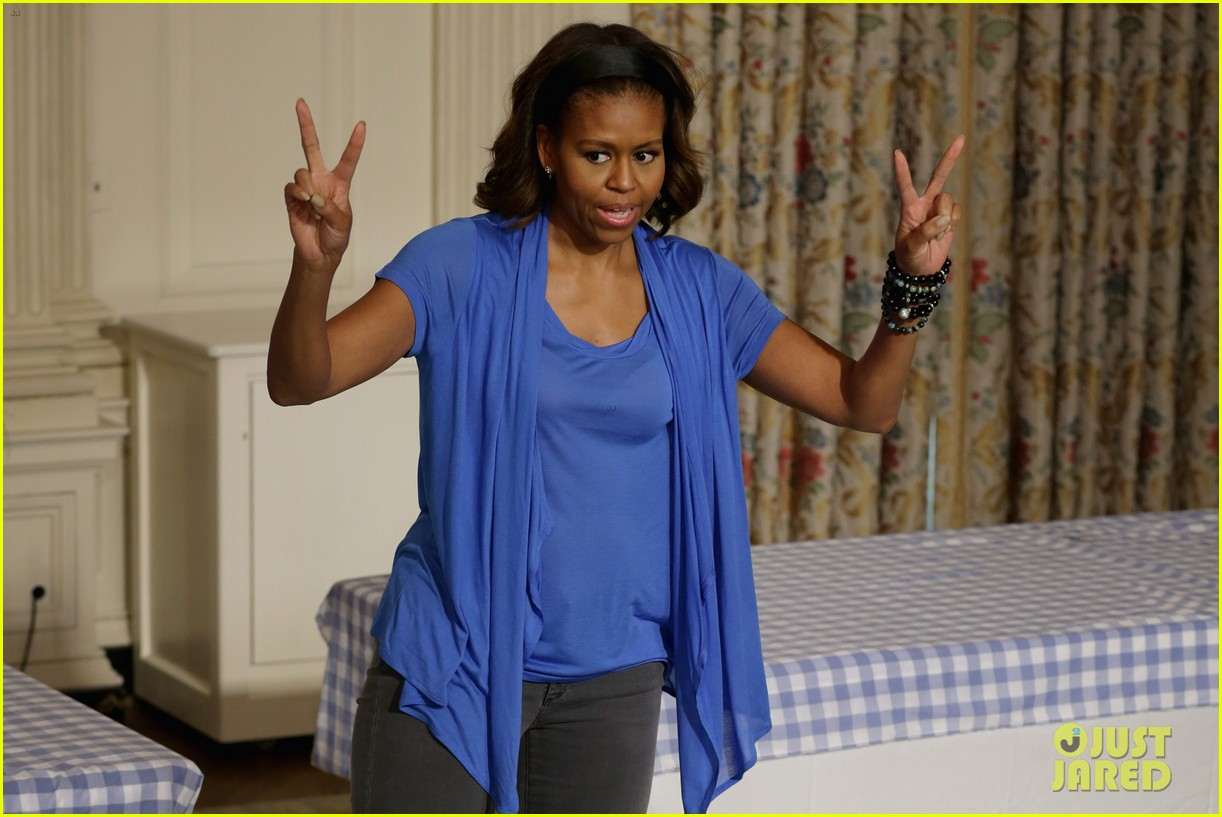 michelle obama almosts has wardrobe malfunction 093135245
