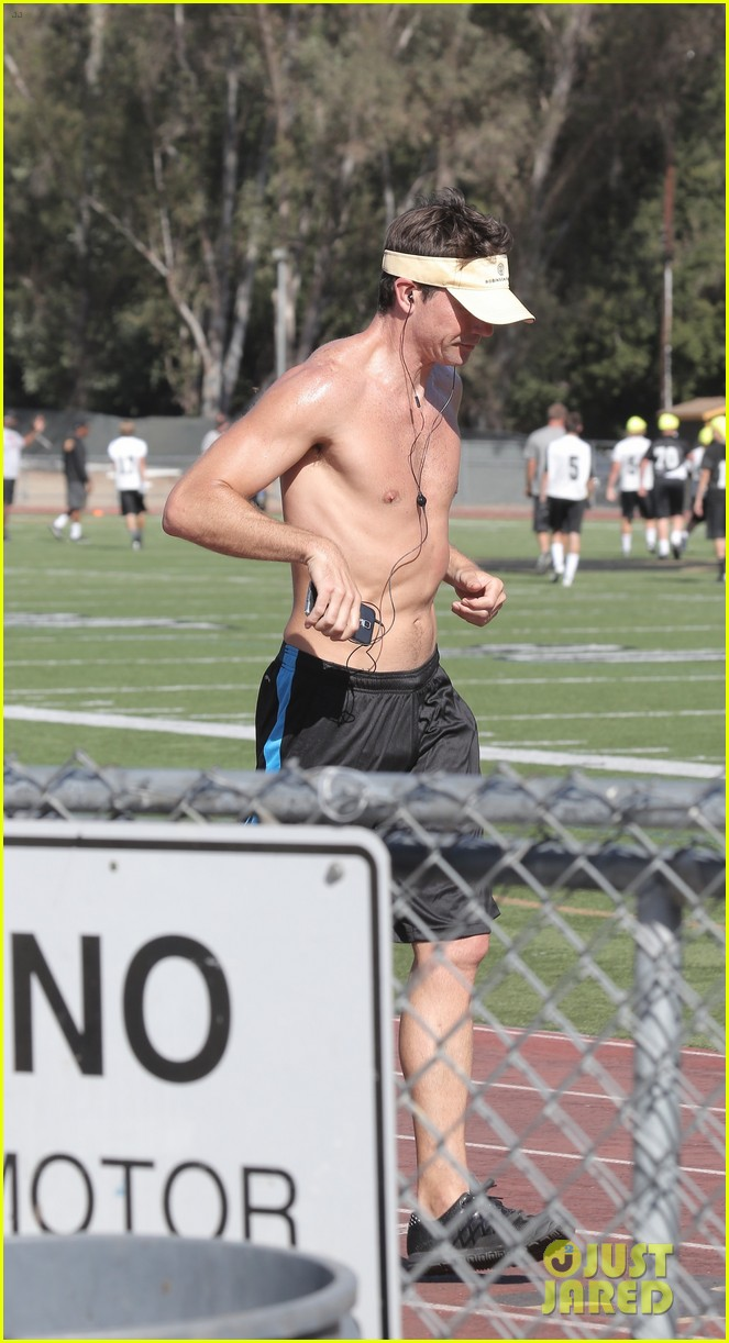 jerry oconnell shows off fit body while running shirtless 063144208