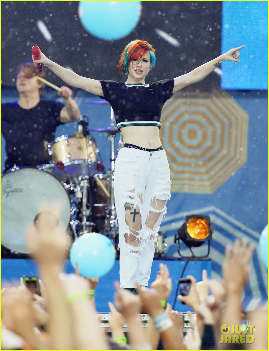 paramore get drenched during gma concert 15
