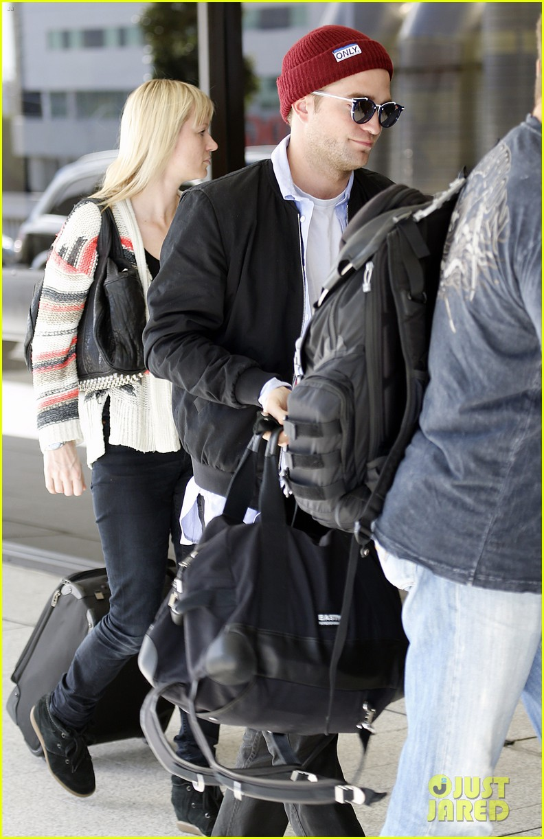 robert pattinson flys out of sydney after rover premiere 013131565