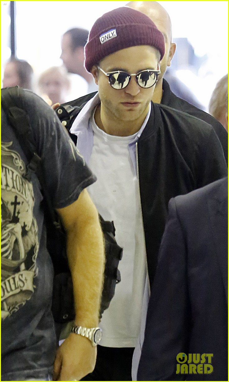 robert pattinson flys out of sydney after rover premiere 023131566