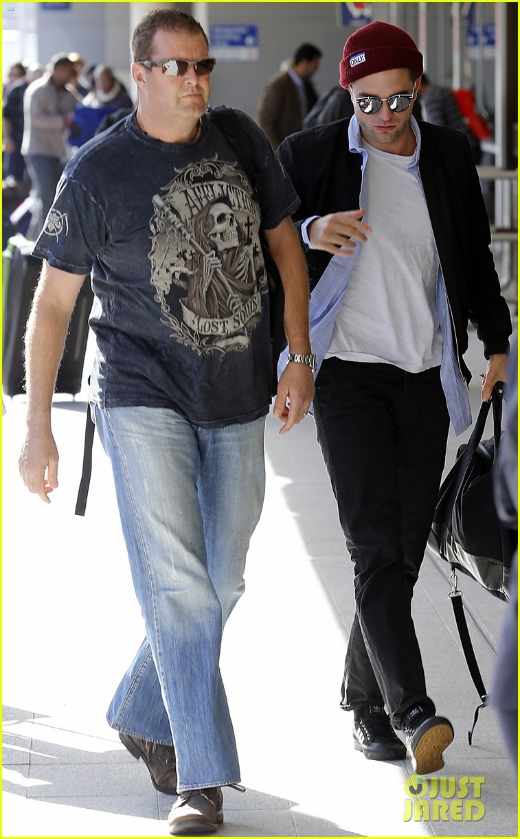 robert pattinson flys out of sydney after rover premiere 043131568