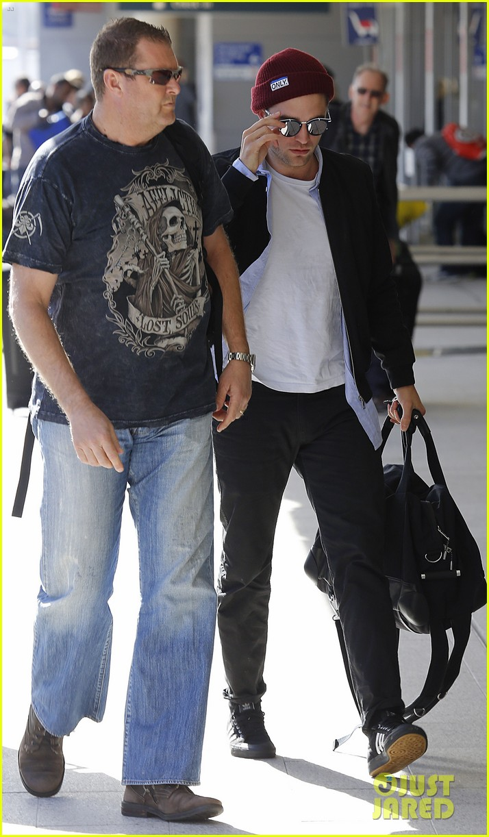 robert pattinson flys out of sydney after rover premiere 05